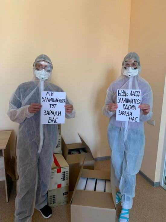 Boris Lozhkin together with Nadezhda Shalomova have handed the protective equipment against COVID-19 to doctors of the Institute of Otolaryngology