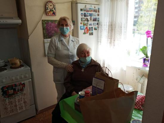 The volunteers of the Juice Charitable Foundation presented gifts to the residents of the Assisted Living Jewish Home for Elderly